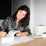 Pernille Damore signerer børger til alle ankomne  Foto: Charli
