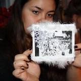 Aicha med sit kunstværk      Foto: Charli