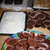 Forældrene er søde til at bage kage til alle 9 forstillinger    Foto: Charli
