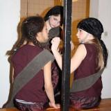 Pigerne make-upper hinanden     Foto: Charli
