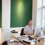 Karsten Keinicke arbejder ved den strålende udsigt    Foto: Charli