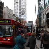 Så kommer min bus    Foto: Charli