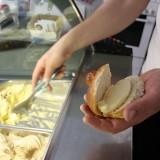 En særlig italiensk specialitet, Brioche med gelato i.....  Foto: Charli