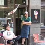 Ejerne, Michael og David foran: SI Siciliansk is i Skydebanegade på Vesterbro     Foto: Charli
