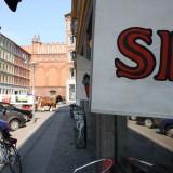 Håndmalede og syet skilte, Skydebanen anes i baggrunden    Foto: Charli