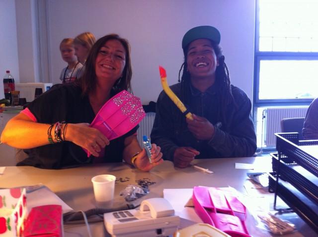 Jubiii, Adam hjælper med at dekorerer til til kids show    Foto: Charli