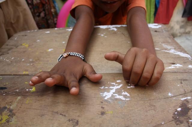 Små frække inder hænder Foto- Charli