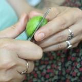 Min tyrkiske veninde skærer den friske valnød op    Foto: Charli