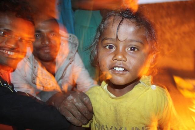 Gadebarn i trygge hænder     Photo- Charli