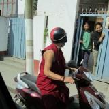 Hurtigfræsende munk og friske piger    Photo: Charli