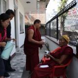 En munk kommer langvejs fra         Photo: Charli