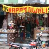 Happy diwali flankeret af soltegn          Photo: Charli