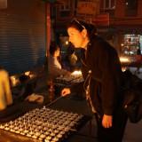 Jeg tænder en butterlamp, som brænder hele natten           Photo: Charli