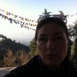Dharamsala, på min balkon med Dalai Lamas tempel i baggrunden    Photo: Charli