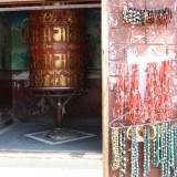 Buddistisk bedehjul i det lille tempel ved stupaen   Photo: Charli