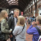 Storebror Marcus er gået all in på en navy marine haircut, pigerne har grineren over det.    Foto: Charline Skovgaard