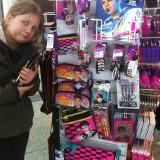 Fiona er ærgerlig over at have brugt alle sine lommepenge i London, da hun opdager dette stativ i lufthavnen på vej hjem    Photo: Charlisblog