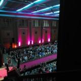 Publikum begynder at finde deres pladser   Photo: Charli Skovgaard