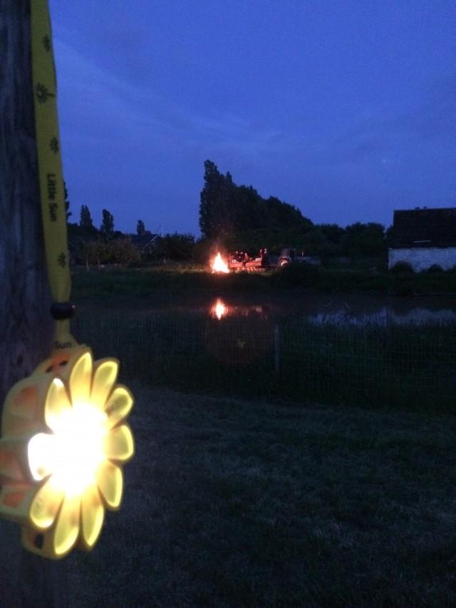 Sedikit Sun sangat diperlukan di malam musim panas yang hangat, kehidupan kamp dan festival.