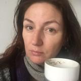 Lige vågnet, drikker af samme kop med kanel rester fra i går