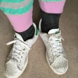 Hopper i to numre for store sko, fordi jeg ikke orker at binde,snøre eller bukke mig ned. Skoene tog jeg fra vores donationer fordi en flygtning havde taget mine, som lå bag i bilen med alt det andet tøj til flygtningene